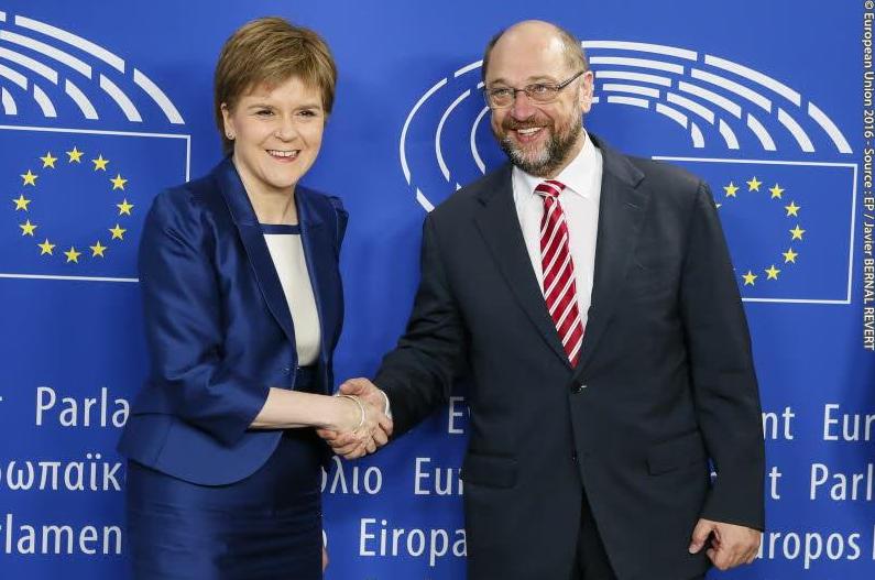 N. Sturgeon und M. Schulz. Foto veröffentlicht von N. Sturgeon.